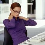 כואבות הכתפיים לאחר השימוש במחשב? יתכן כי אתם לא יושבים נכון