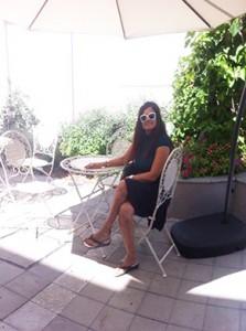 בתצלום רות ברונשטיין בחצר במרכז נווה שכטר, 106il תרבות ופנאי