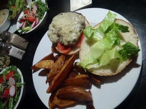 המבורגר משובח ומפתיע בטעמיו, אוכלים ב Le Bistro Bar, 106il מסעדות