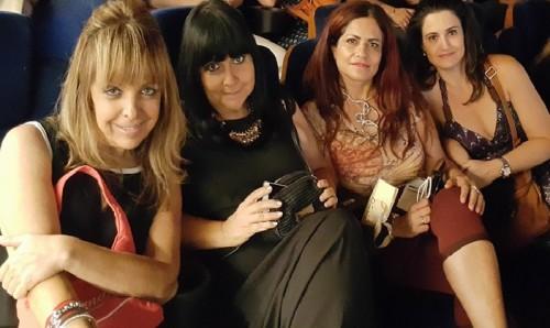 """נהנות בסרט """"אמהות רעות. בצילום: לימור אהרון, רות ברונשטיין, אירית מטיאס ורונית מטיאס"""