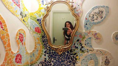סוויטה מעוצבת בהשראת אמנות גאוודי, מלון בוטיק The Way Inn צפת